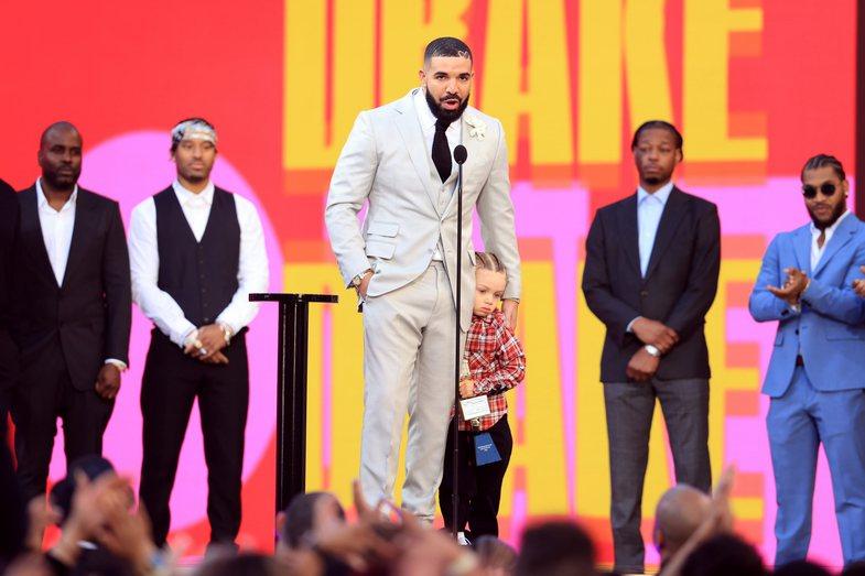 Artisti i Dekadës: Drake merr çmimin në Billboard duke u