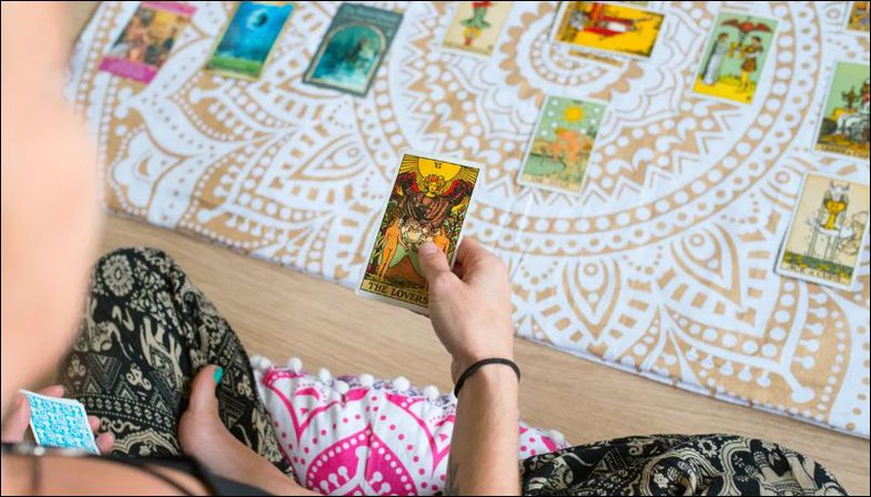 Shëndeti mendor dhe letrat tarot si terapi: A funksionojnë?