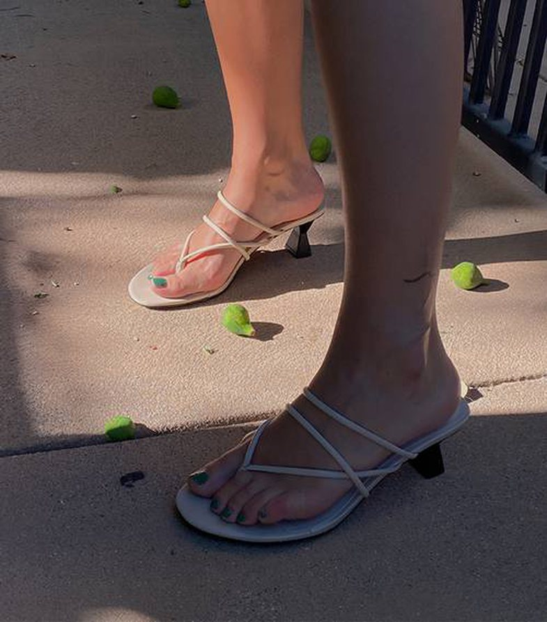 Sandalet që do të doni të vishni nga tani deri në fillim