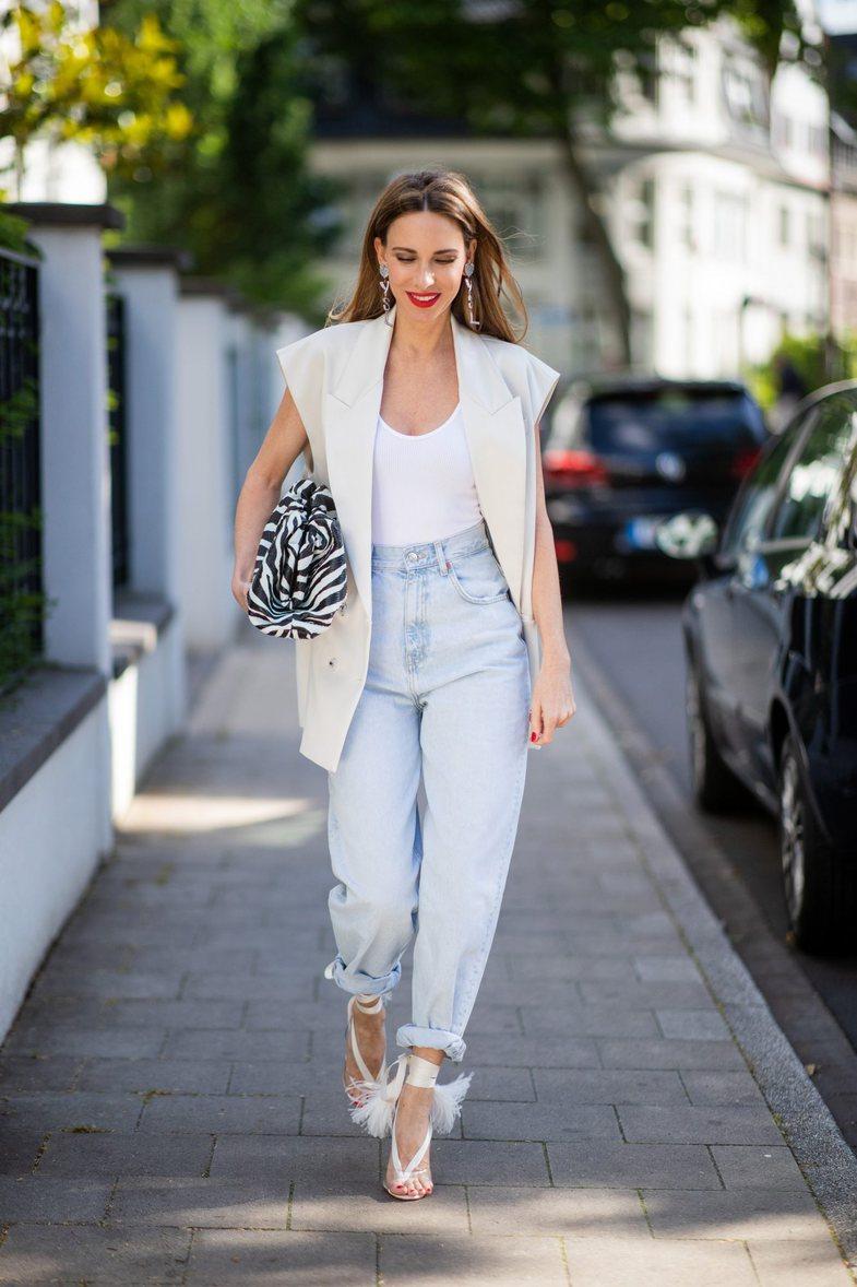 Si t'i veshësh me stil 'mom jeans'