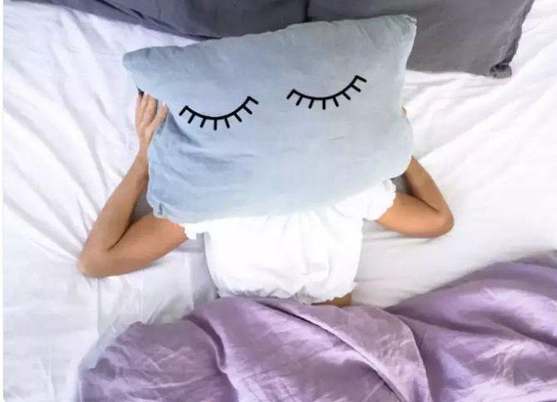 Provoni këto mënyra nëse doni t'ju zërë gjumi