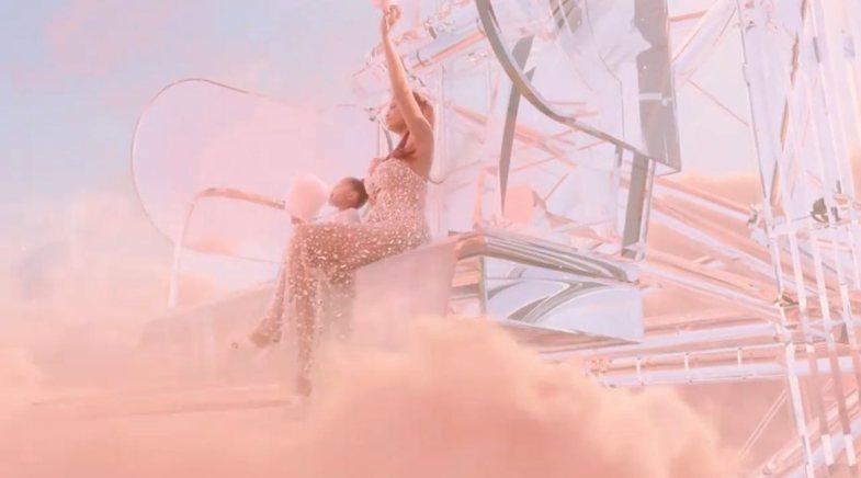 Kylie Jenner promovon linjën e re me një fustan të Valdrin
