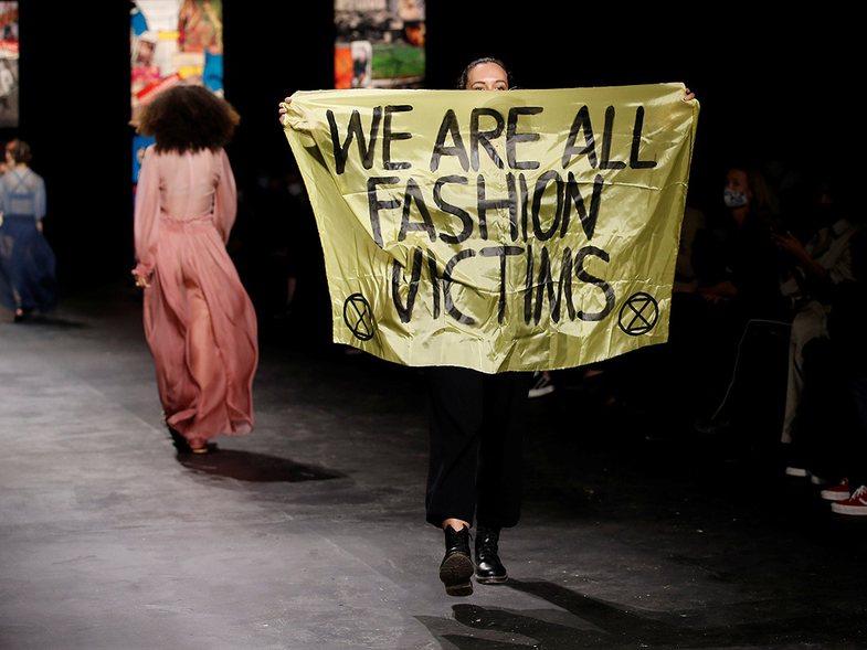 Aktivistja prish për pak sekonda sfilatën e Louis Vuitton: Cili ishte